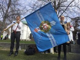 Kansallis-Kuoron lippua kannattelevat Harri Lintala ja Raija Seilonen Hämeenlinnan laulujuhlilla 14.5.2017