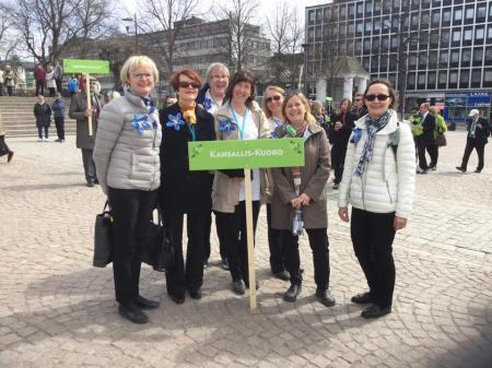 Kansallis-Kuoron laulajia valmistautumassa Hämeenlinnan laulujuhlien kulkueeseen 14.5.2017